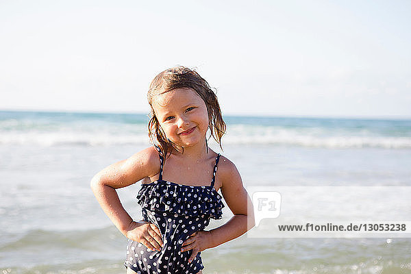 Hübsches Mädchen am Strand in gepunktetem Badeanzug  Porträt  Castellammare del Golfo  Sizilien  Italien