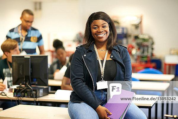 Junge Studentin im Hochschulunterricht  Porträt