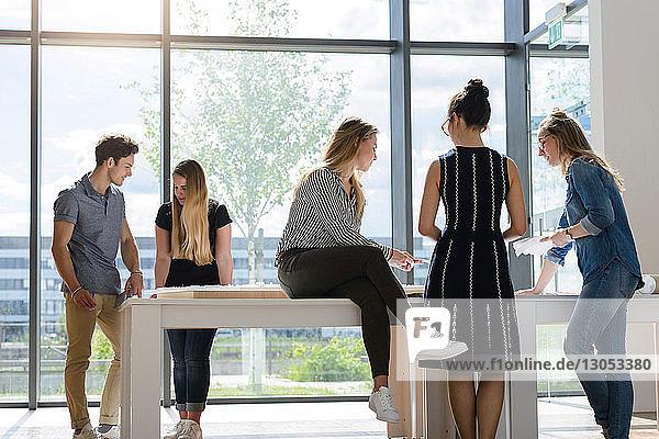 Kollegen beim Brainstorming an der Glaswand