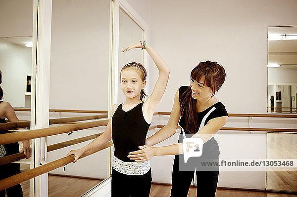 Glücklicher Lehrer führt Schüler im Tanzstudio