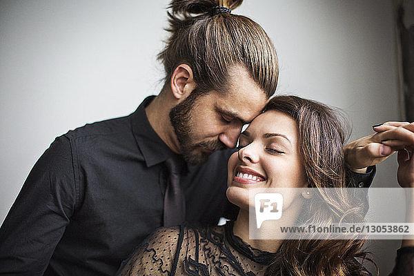 Nahaufnahme eines lächelnden jungen Paares zu Hause