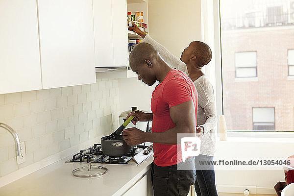 Paar kocht zu Hause Essen