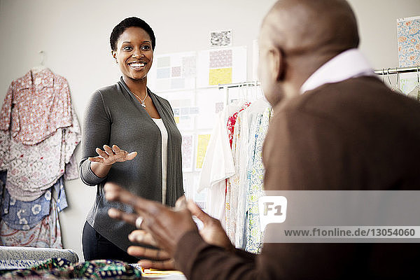 Modedesignerin im Gespräch mit Kollegin im Workshop
