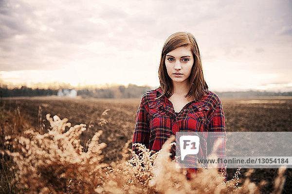 Bildnis einer schönen Frau  die auf einem Feld gegen den Himmel steht