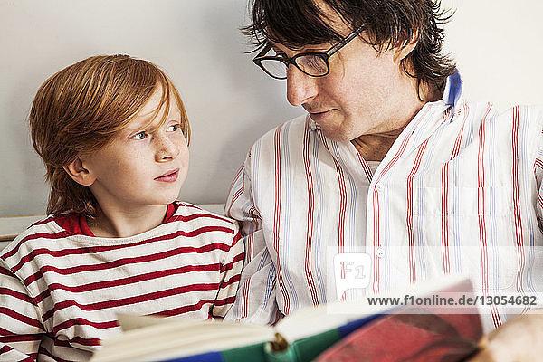Vater und Sohn lesen zu Hause Buch