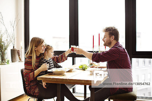 Familie trinkt am Tisch