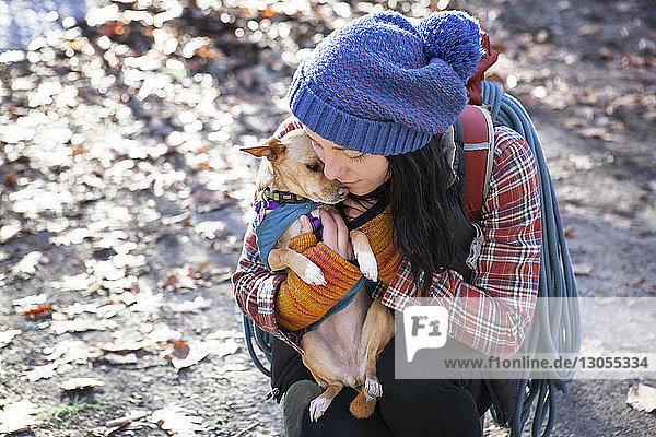 Hochwinkelansicht einer Frau  die einen Hund umarmt