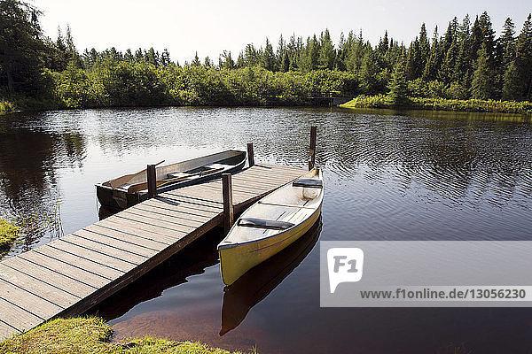Hochwinkelansicht von Booten  die an der Mole am See festgemacht sind