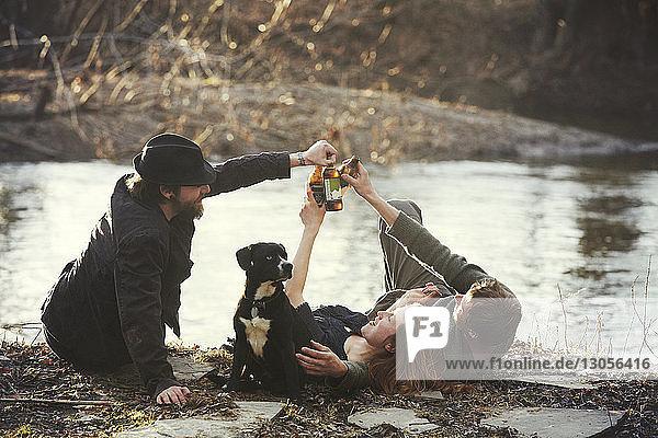 Freunde trinken gerne am Flussufer