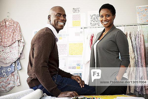 Porträt glücklicher Modedesigner im Workshop