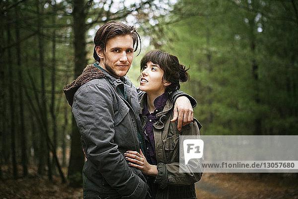 Porträt eines Mannes mit Frau im Wald stehend
