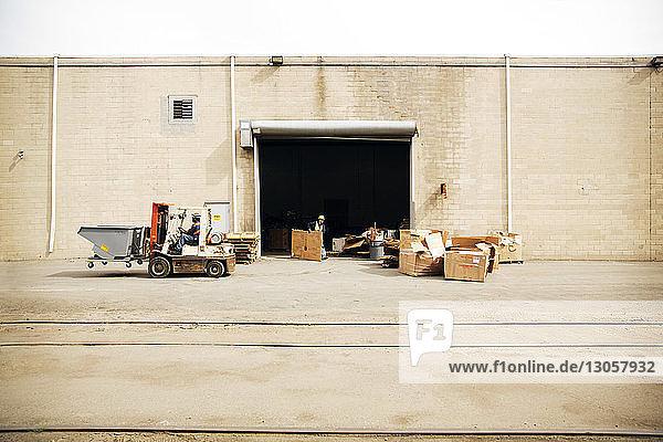 Männer  die im Recyclingwerk arbeiten