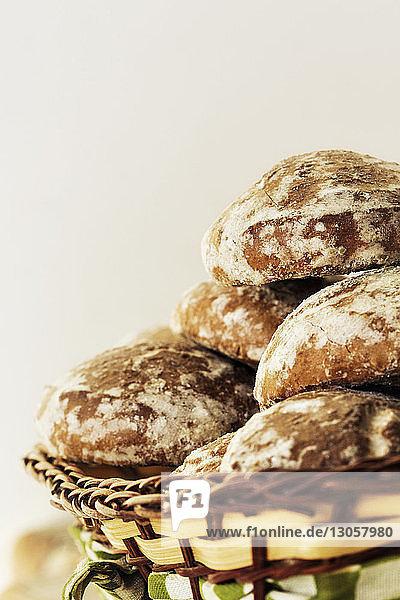 Nahaufnahme von Broten im Weidenkorb an der Wand