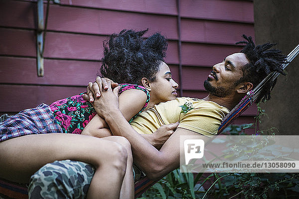 Paar entspannt auf Hängematte im Rasen