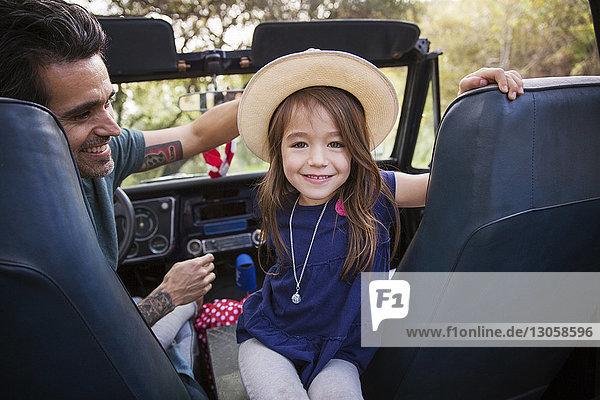 Porträt eines Mädchens  das mit seinem Vater in einem Geländewagen sitzt