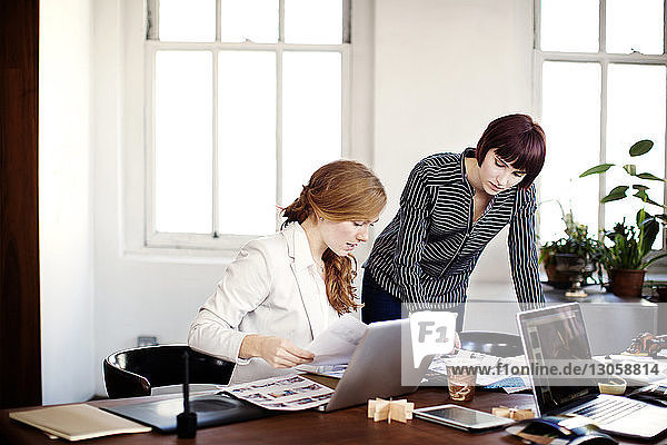 Bildredakteure arbeiten am Tisch im Sitzungssaal