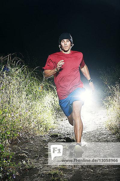 Mann läuft nachts auf dem Feld