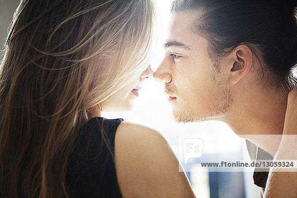 Seitenansicht eines romantischen Paares