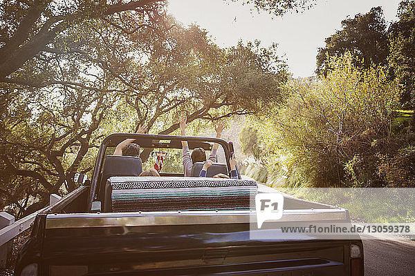 Familie genießt das Reisen im Geländewagen
