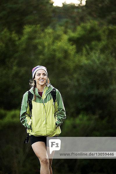 Glückliche Wanderin beim Waldspaziergang