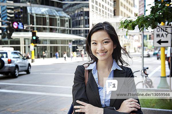Porträt einer jungen Geschäftsfrau  die auf der Straße steht