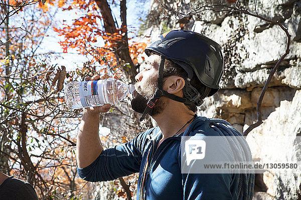 Seitenansicht des menschlichen Trinkwassers
