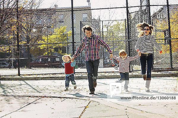 Glückliche Familie läuft im Park