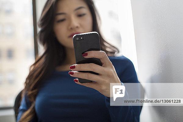 Textnachrichten von Frauen  die im Büro sitzen