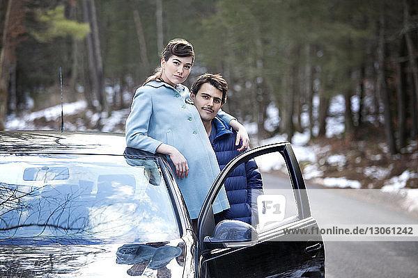 Porträt eines im Auto stehenden Paares