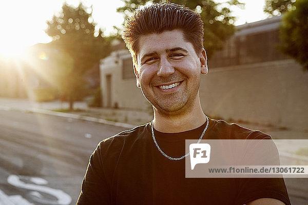 Porträt eines lächelnden Mannes im Freien stehend