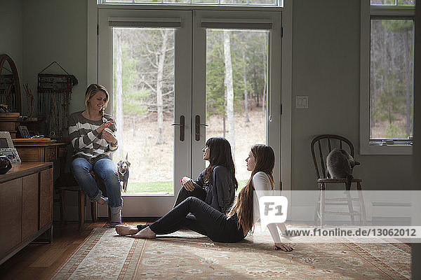 Familie spricht  während sie zu Hause an der Tür sitzt
