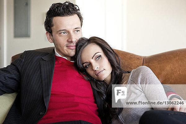 Paar entspannt zu Hause auf dem Sofa