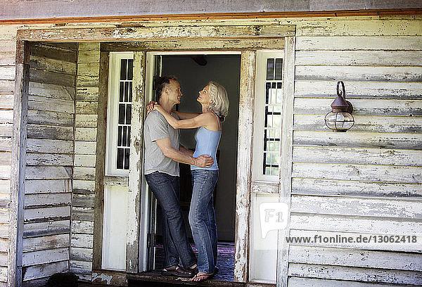 Seitenansicht eines romantischen älteren Paares  das an der Tür steht