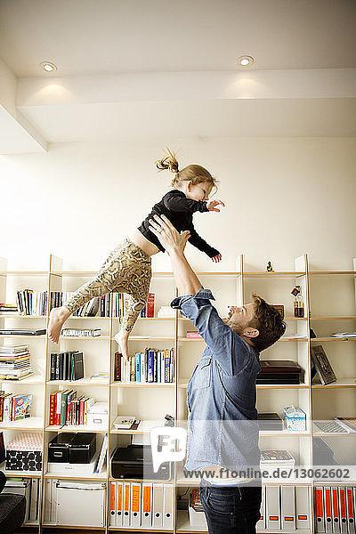 Vater spielt mit Tochter zu Hause