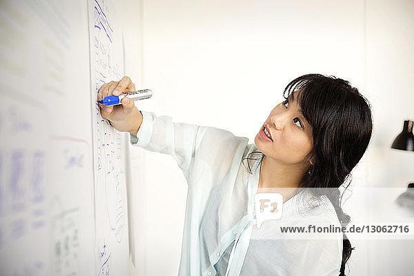 Geschäftsfrau plant Strategie im Amt