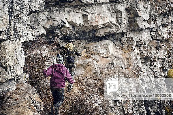 Rückansicht von Freunden beim Bergwandern