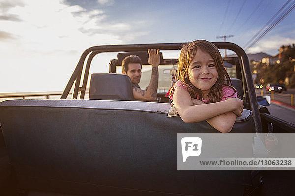 Porträt eines glücklichen Mädchens mit Vater im Pick-up