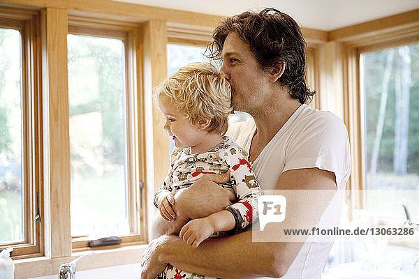 Vater trägt Sohn zu Hause