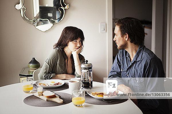 Zu Hause zu zweit am Frühstückstisch