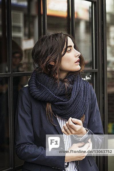 Frau schaut weg  während sie die Manschette in der Stadt anpasst