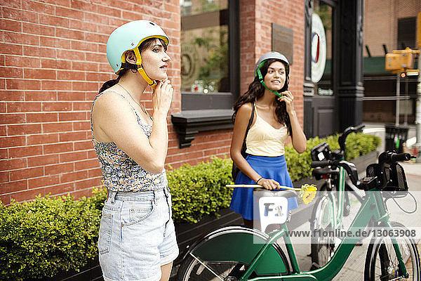 Freunde mit Helm im Bürgersteig-Café