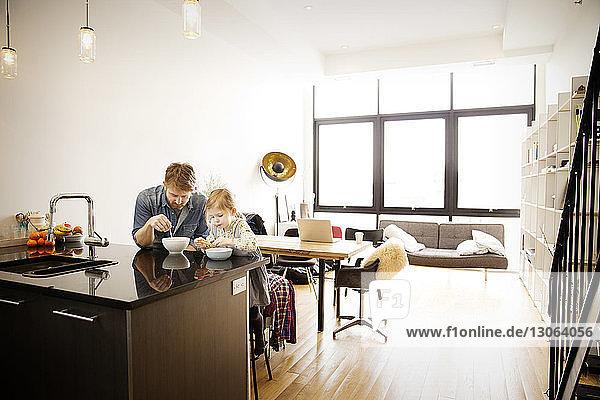 Vater und Tochter frühstücken zu Hause