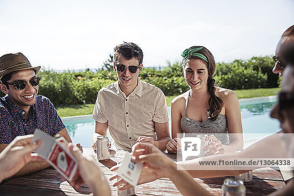 Freunde spielen Kartenspiel im Hinterhof