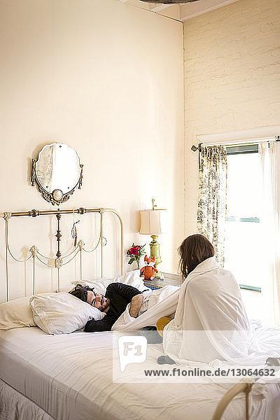 Ehepaar entspannt zu Hause im Bett