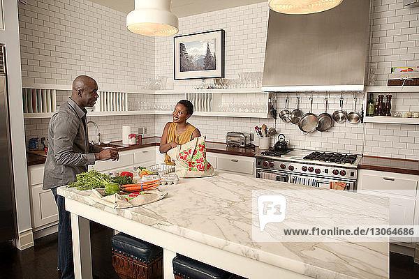 Paar redet im Stehen in der Küche