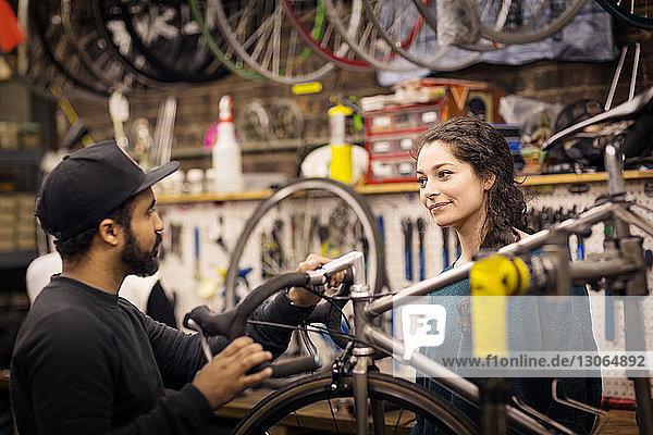 Arbeitnehmer  die während der Arbeit in der Werkstatt sprechen