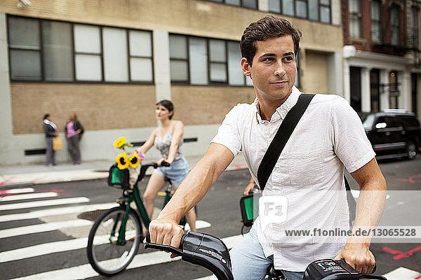 Freunde mit Fahrrad auf der Straße