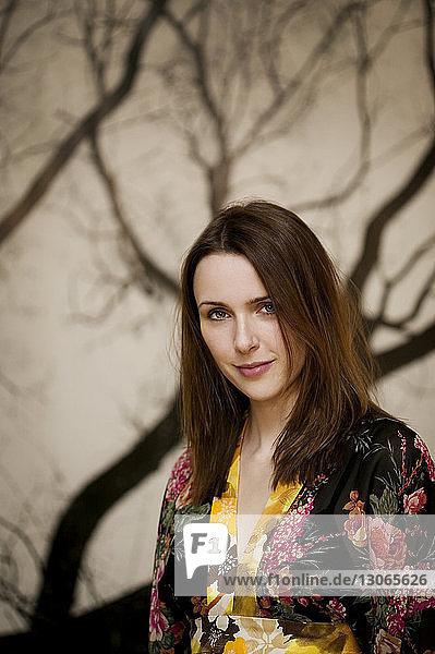Porträt einer Frau  die zu Hause an der Wand steht