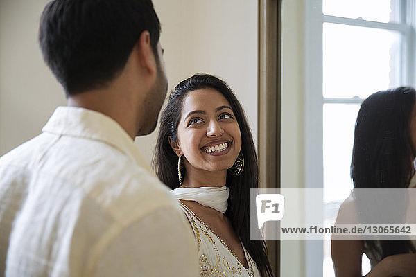 Lächelnde Frau schaut den Mann an