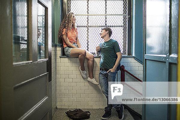 Paarweise am Fenster im Flur des Schulgebäudes